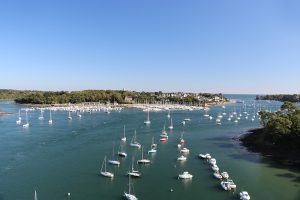 Yachten, Segel- und Motorboote so weit das Auge reicht... hier an der Mündung der Odet bei Benodet.