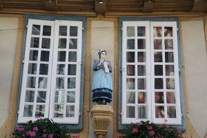 immer wieder sind man traditonelle Holzfiguren an historischen Häusern von Quimper