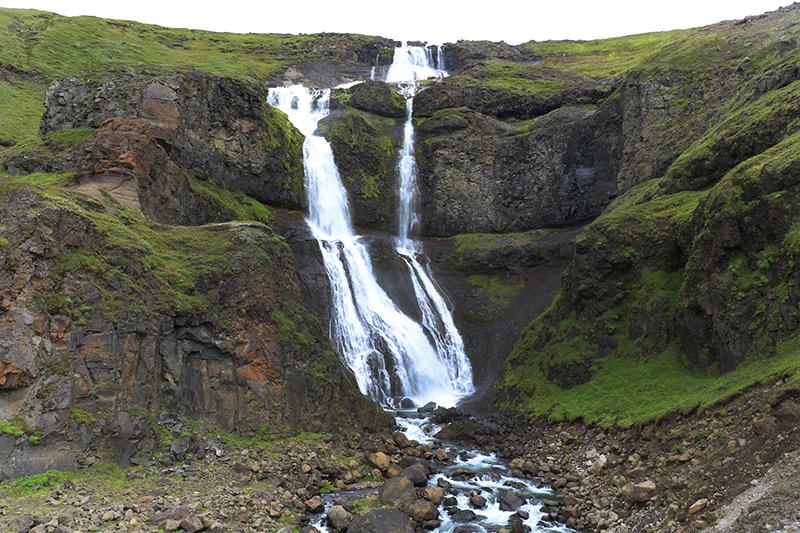 Der Rjukandi Wasserfall liegt an der Ringstraße im Nordosten von Island