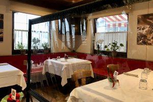 """halbwegs dekorativ, die (durchsichtigen) Trennwände als """"Abstandhalter"""" im Restaurant Mondschein"""