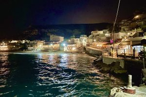 Blick vom Scala: Matala by night in 2021. Foto: GOEDE