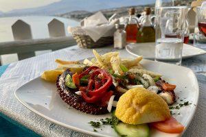 Abendessen auf der Terrasse des Vrachos 2021. Foto: GOEDE