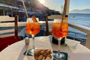 """Abendlicher Cocktail in Matala - die """"Partyhochburg"""" ist im Mai/Juni 2021 sehr ruhig und entspannend. Foto: GOEDE"""