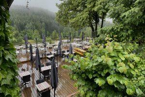 Regenwetter in den Vogesen - der nasse Blick aus dem Zimmer der gebuchten Wander-Auberge...